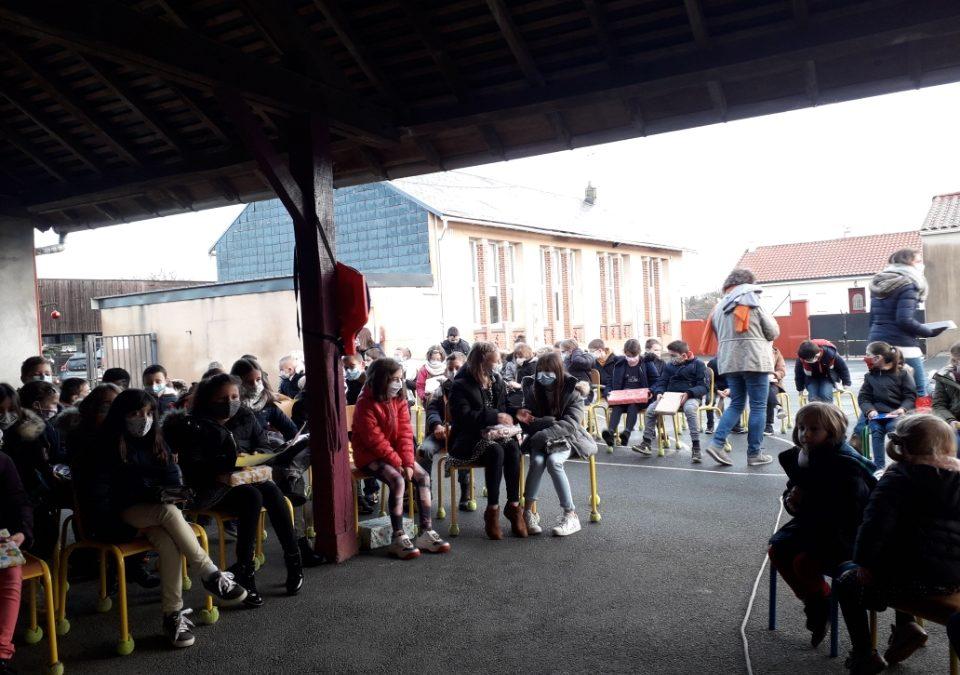 Rassemblement des enfants de  l'école de St Mars